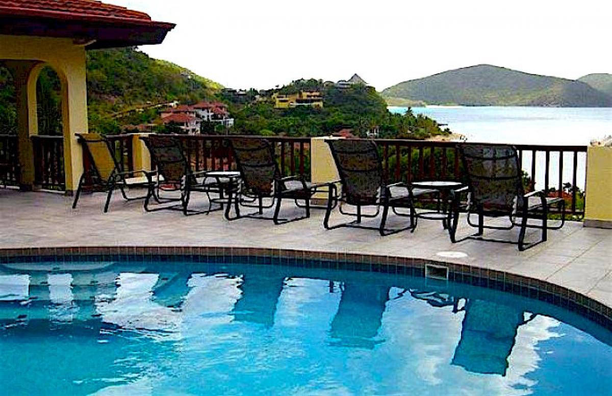 Lounge by the pool overlooking the ocean at Satori villa