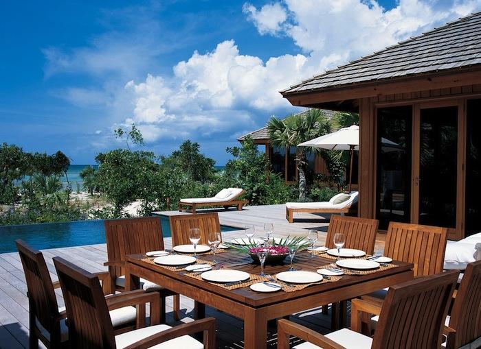 Outdoor dining on the deck.