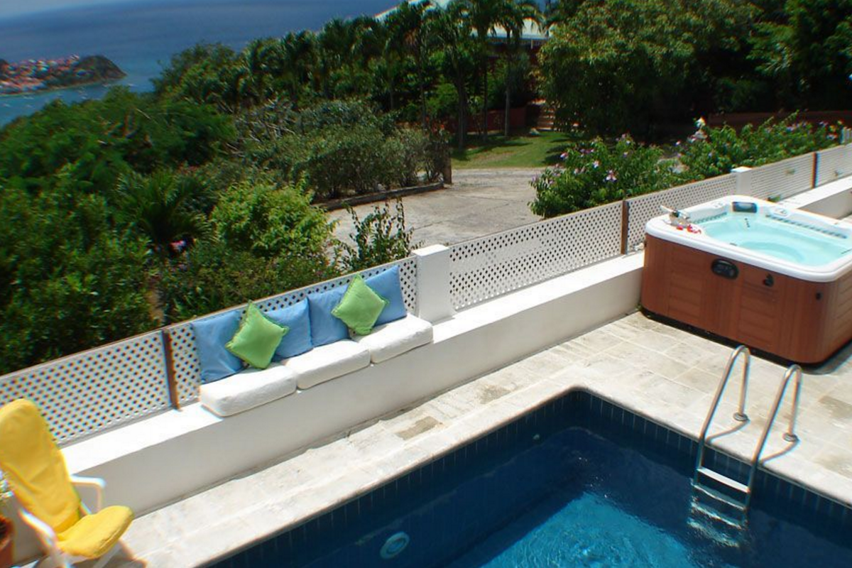 A private pool and hot tub for great relaxation at Voyage Villa