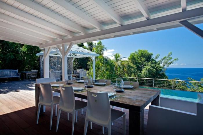 Outdoor dining ocean and pool views.