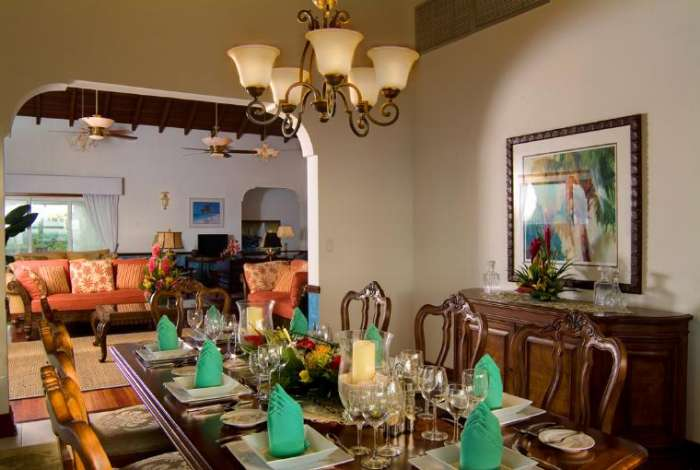 Indoor formal dining for eight