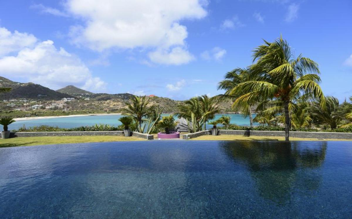 Silver Rainbow has an amazing pool with views of the Caribbean