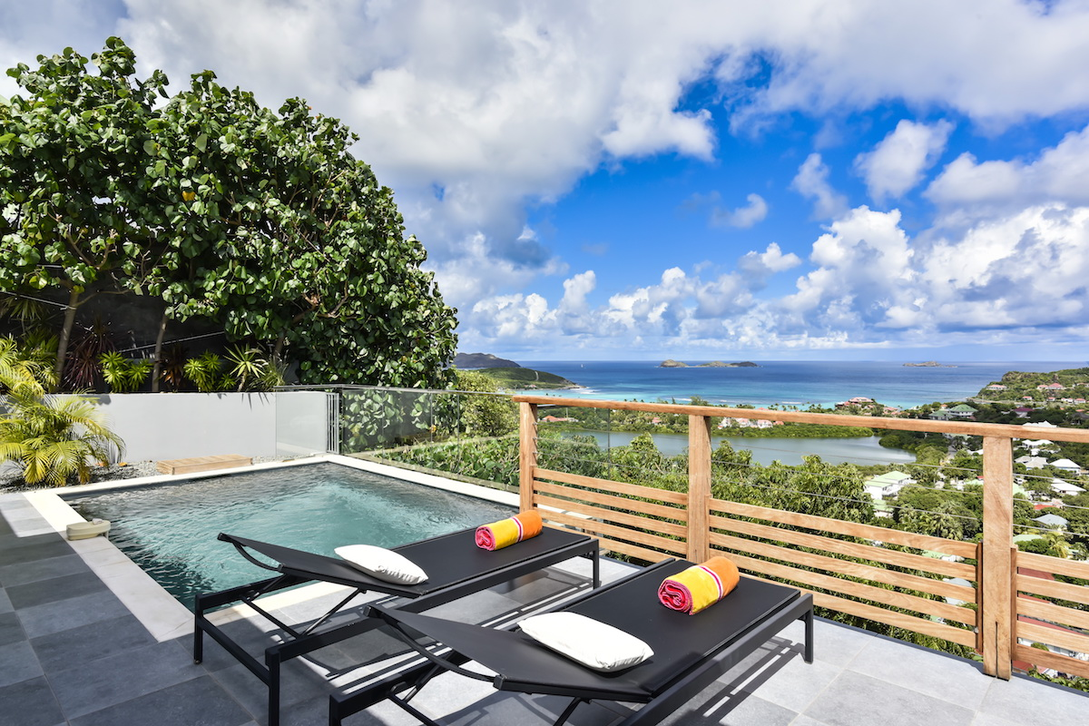 A private plunge pool overlooking the ocean at Adamas Villa