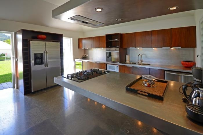 Contemporary and fully equipped kitchen.